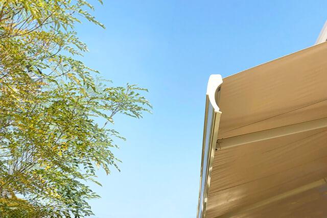 オーニングの強風対策! 吹き飛んだり劣化したりするのを防ごう