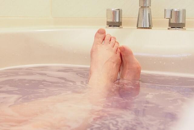 入浴剤を入れた湯船を追い焚きしてもよいの? 給湯器故障の原因になる?