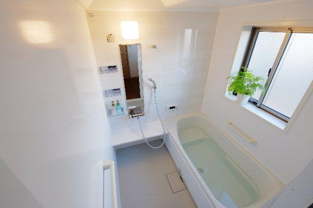 お風呂の天井から水滴が垂れてくる…その理由と対処法