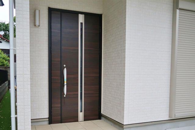 玄関ドアの色の選び方を解説! 外壁との組み合わせに注意しよう