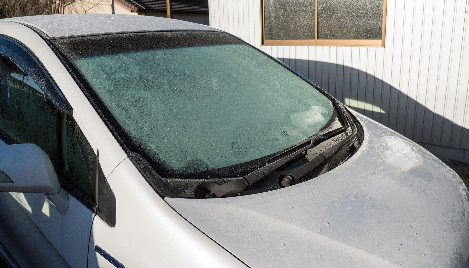 車のフロントガラスが凍ってる! 冬場の霜・凍結を防ぐ方法