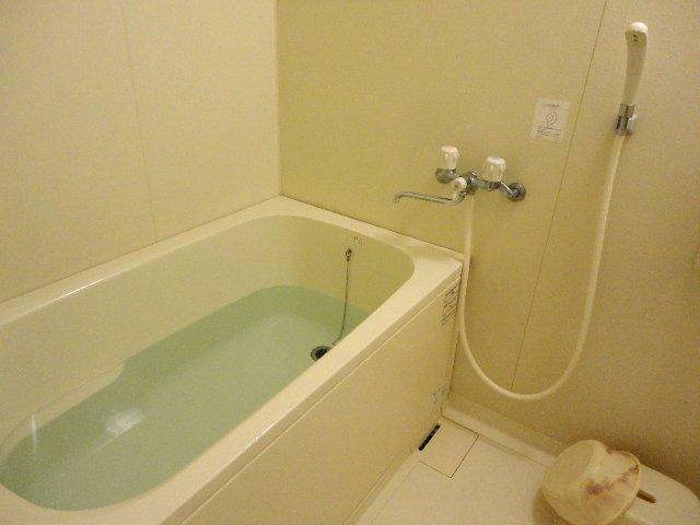 浴槽のカビ臭さの原因はエプロン内部にあり!? 掃除する方法を解説