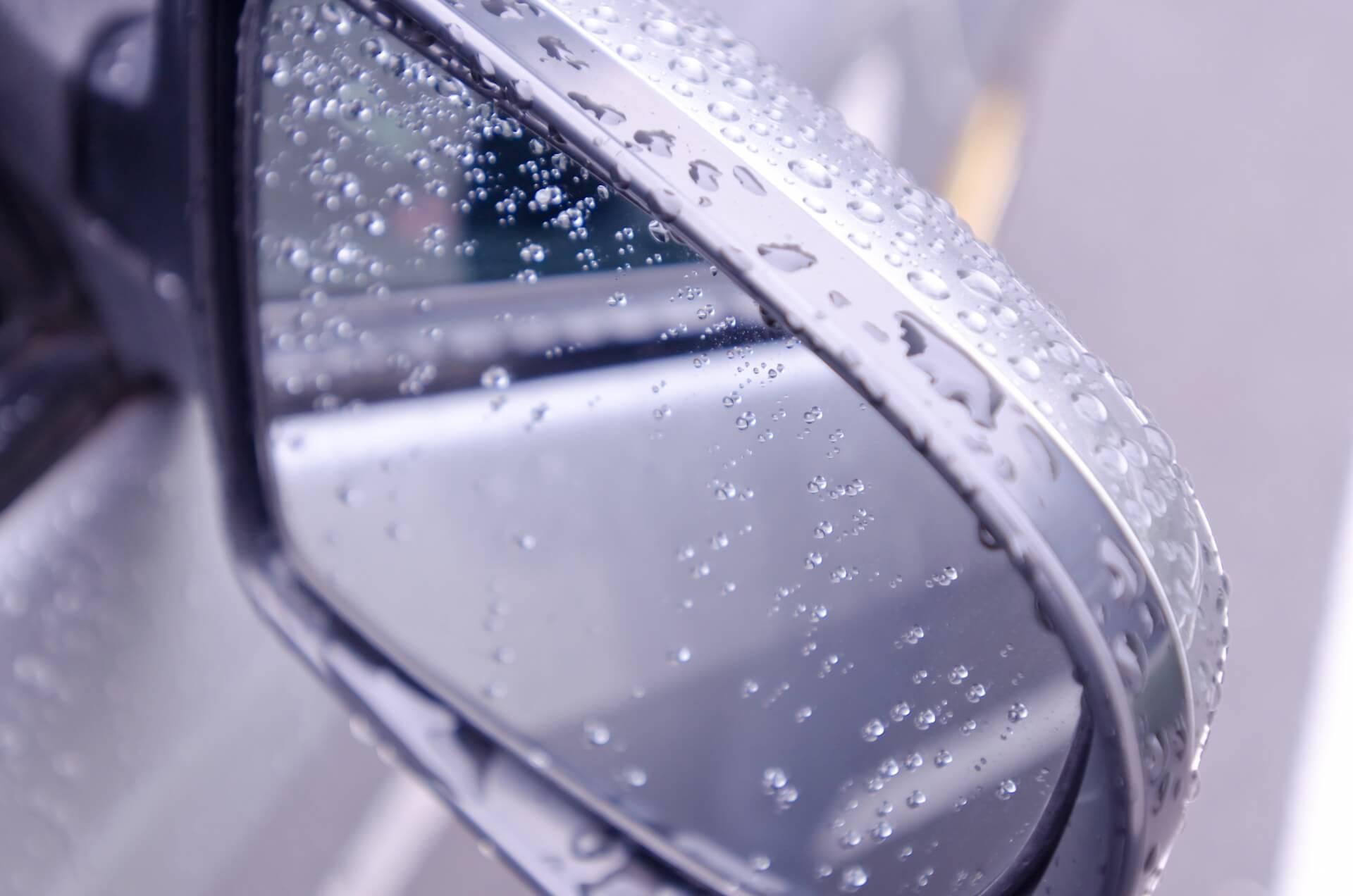 車についた雨の跡が消えない……車の雨染みの対処法と予防法