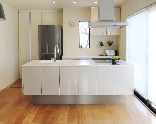 狭いキッチンをスッキリ見せる収納術とは?