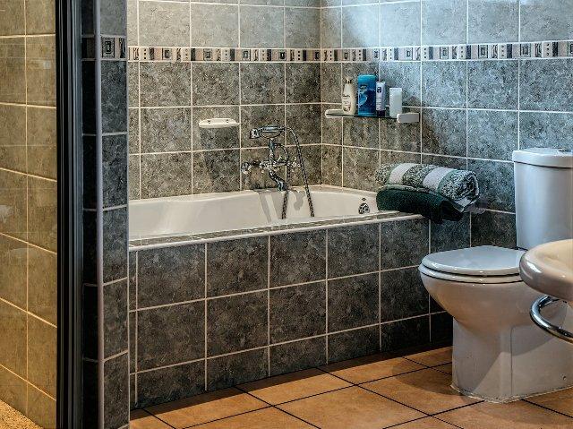 トイレタンクの中はカビだらけ!? 掃除する方法を解説